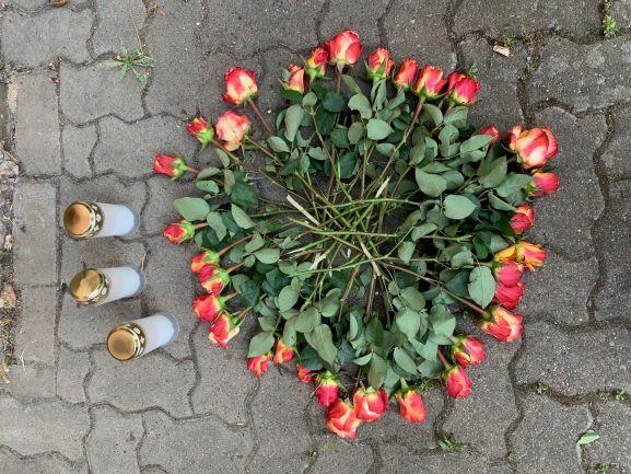 Bild_Blumen am Gedenkmal_KLEIN