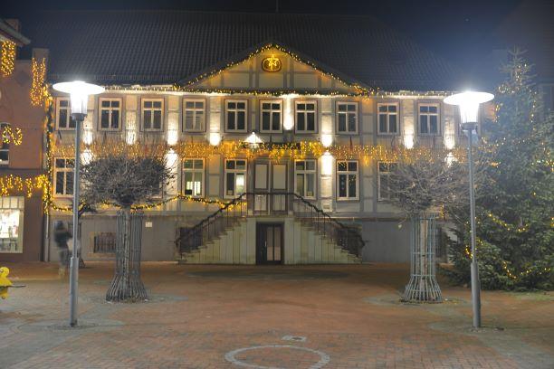 Bild - Rathaus mit Weihnachtsbeleuchtung